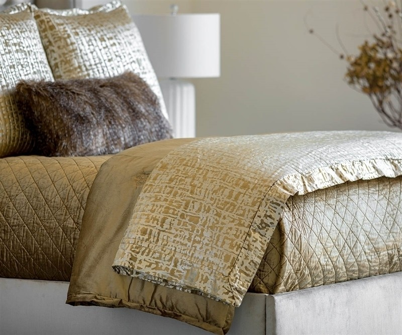 JOLIE QUILTED THROW STRAW VELVET / GOLD PRINT 52X98