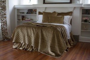 CHLOE QUEEN COVERLET / STRAW VELVET 96X98